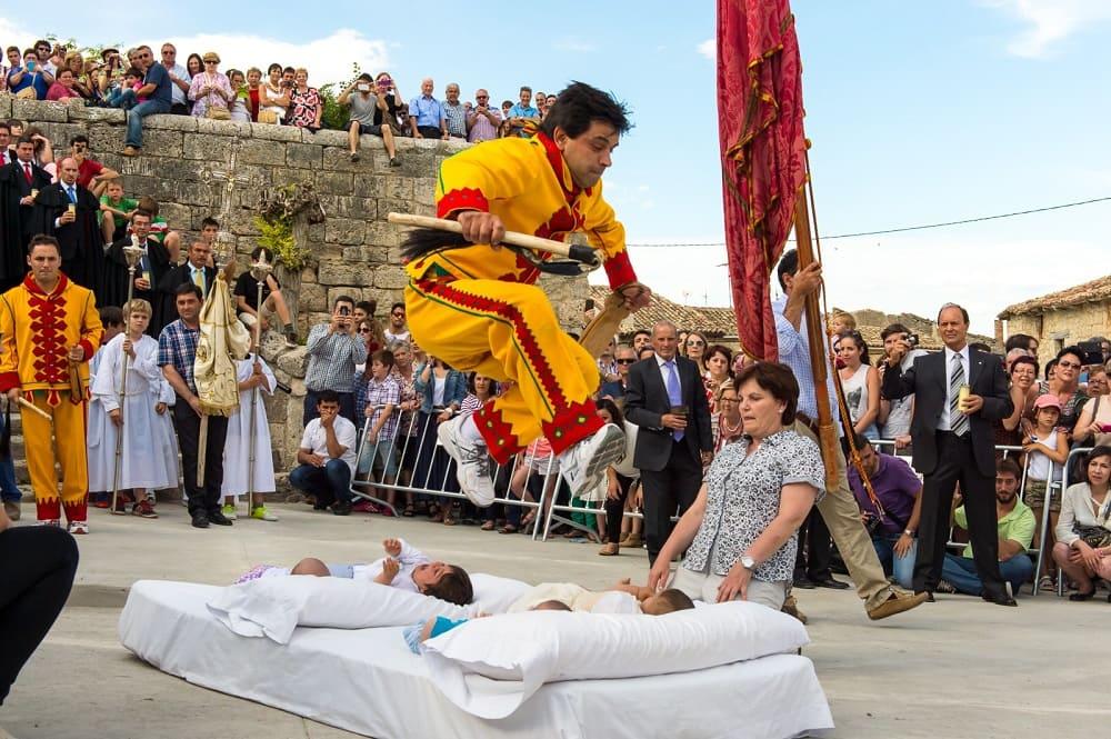 Дьявол Эль Колачо прыгает через младенцев
