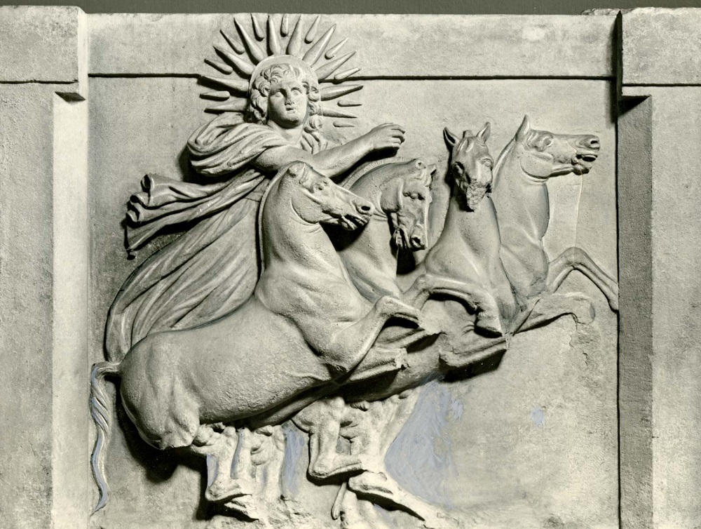 Гелиос - бог Солнца, в честь которого был воздвигнут Колосс Родосский Рельеф из храма АфиныТрои, III в.до н.э., Местонахождение: Музей Пергама, Берлин, Германия