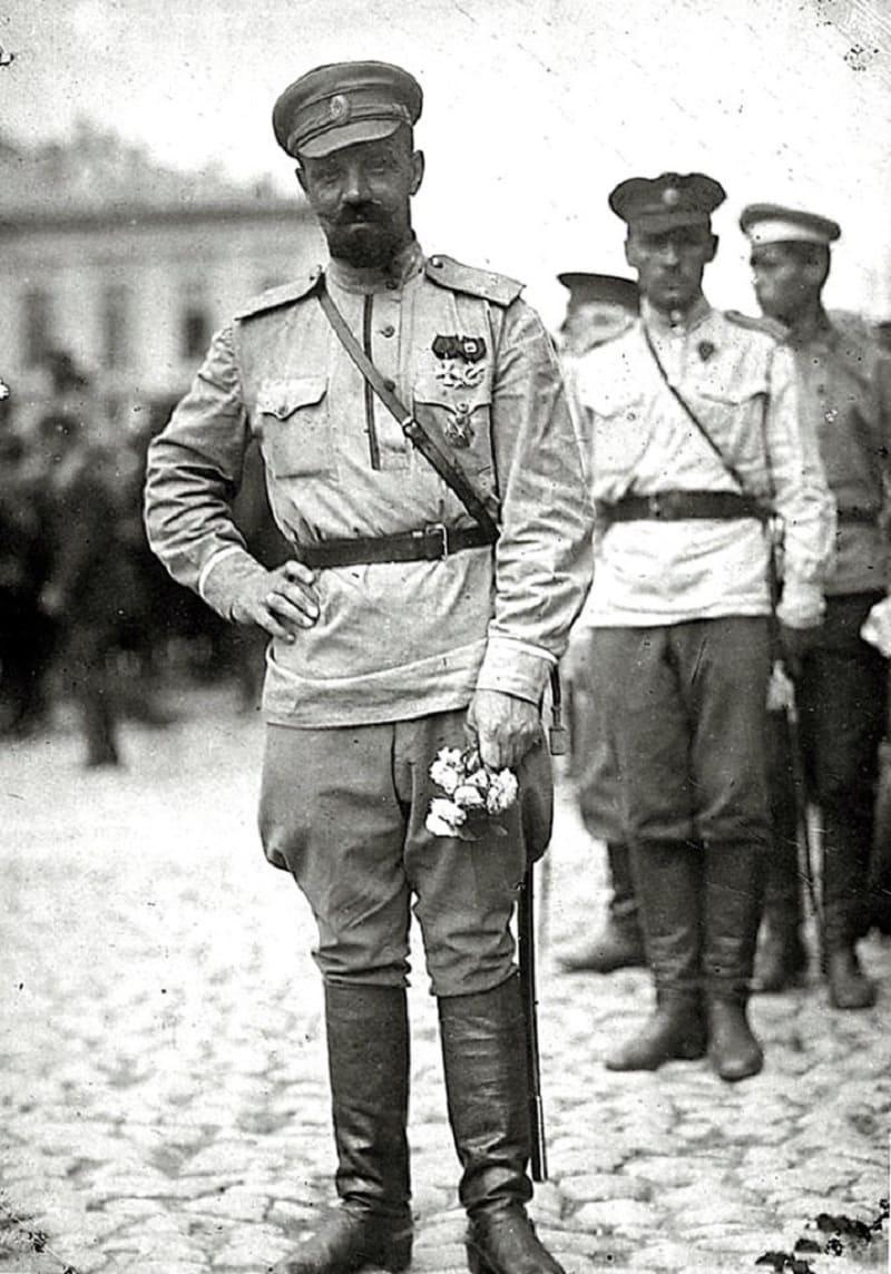Генерал А.П.Кутепов в белой гимнастёрке, 1919 год
