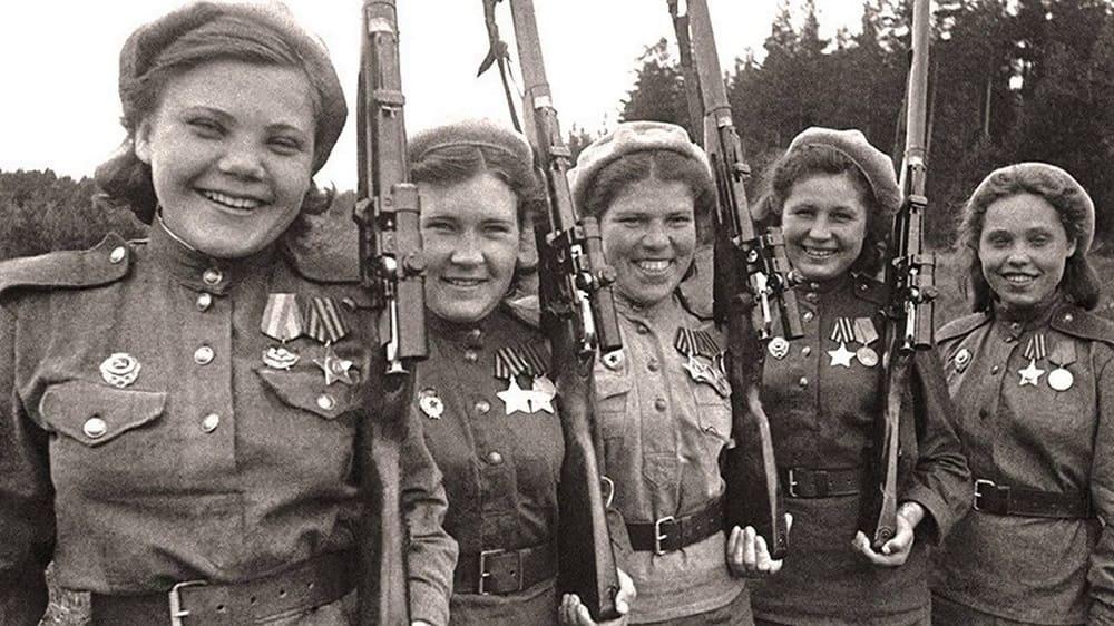 Героические девушки - снайперы. На их гимнастёрках - ордена и медали