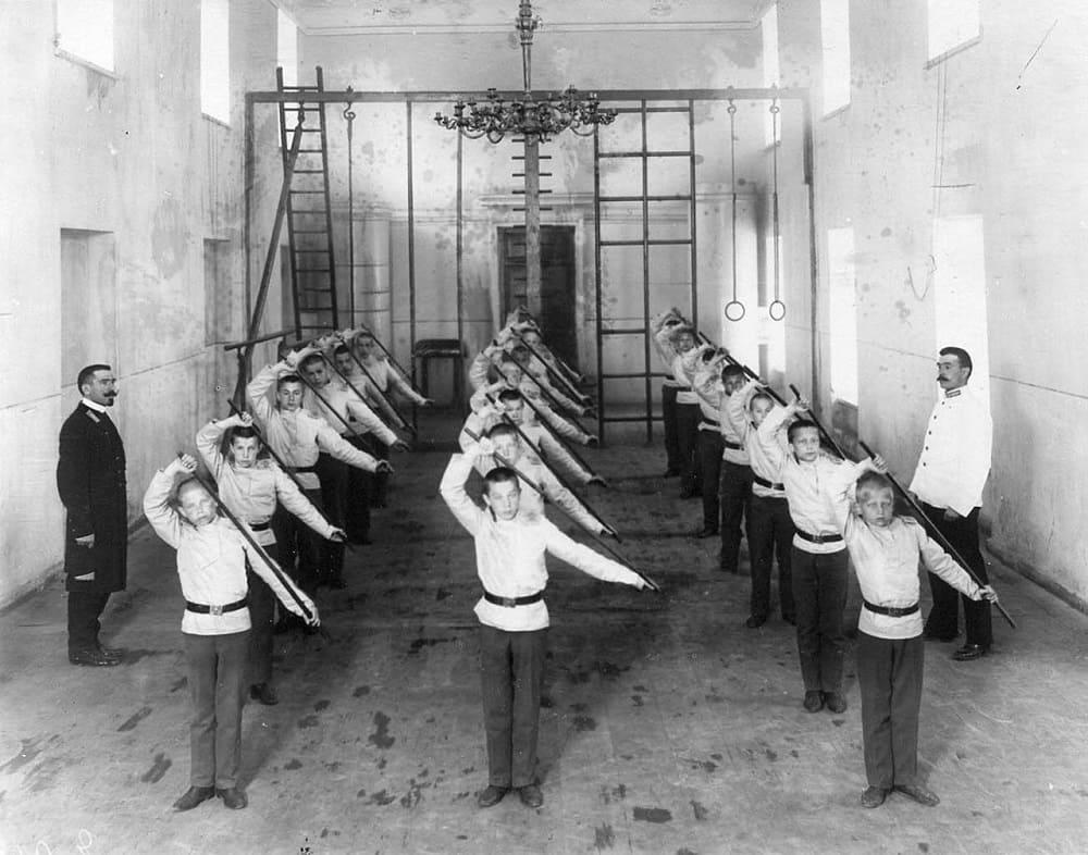 Гимнастёрка для гимнастики. Воспитанники Гатчинского сиротского института Николая I