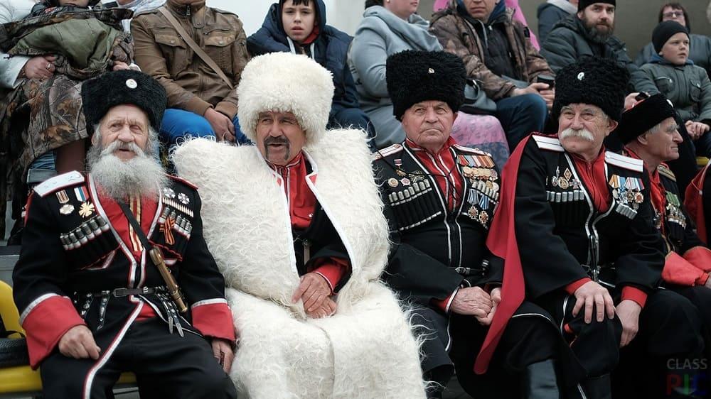 Казачьи атаманы принимают военный парад в Краснодаре / classpic.ru