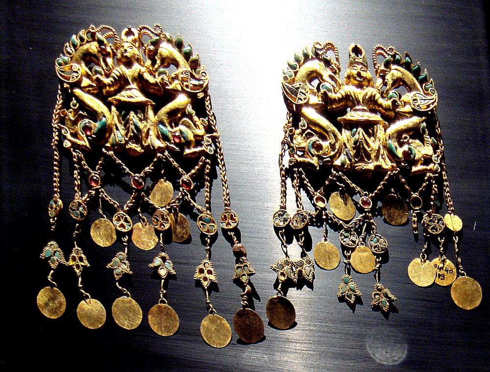 Короли с драконами. Серьги из Тилли-тепе, I век до н. э. Местонахождение: Музей Гиме, Париж, Франция