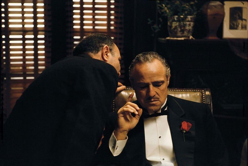Марлон Брандо в роли Дона Вито Корлеоне в фильме «Крёстный отец» 1972 года.<br /> За эту роль актёр был удостоен премии «Оскар»