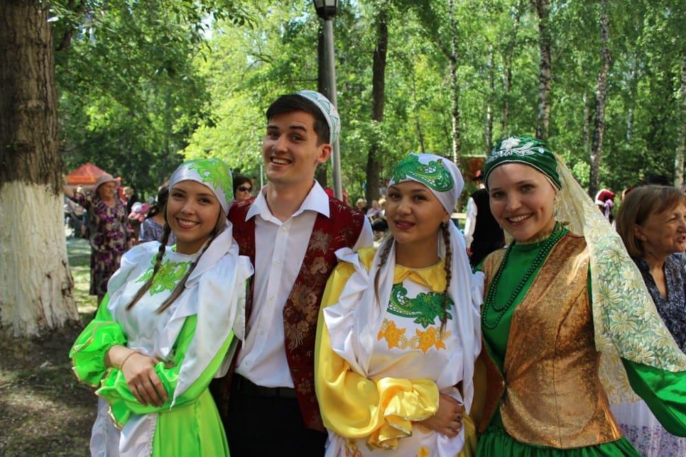 Молодёжь с удовольствием участвует в национальных праздниках / kultura.yugs.ru