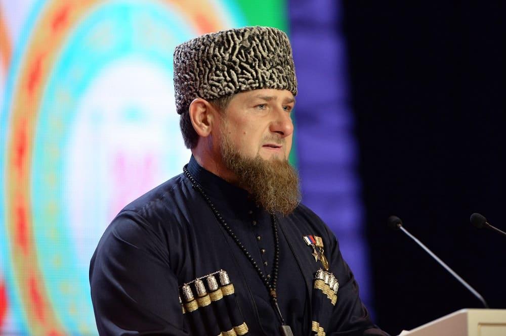 Рамзану Кадырову к лицу этот головной убор / © Саид Царнаев РИА Новости / lenta.ru