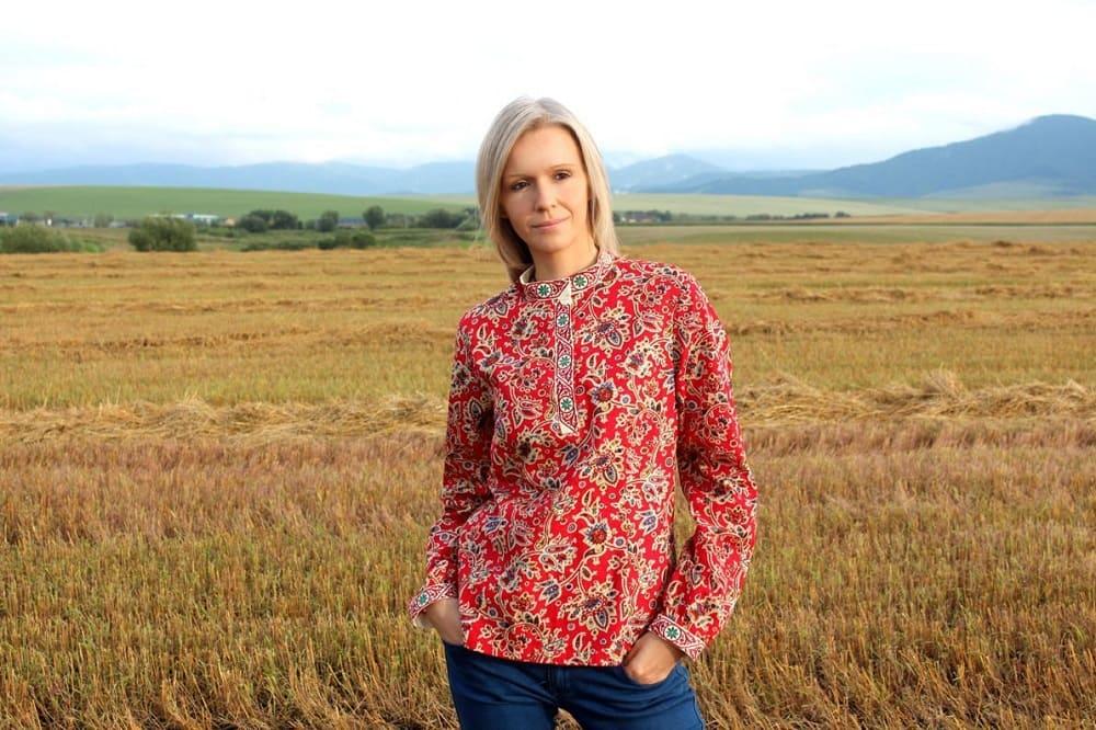 Русская национальная одежда косоворотка на современной женщине выглядит очень стильно / © РУССКИЙ СТИЛЬ / livemaster.ru