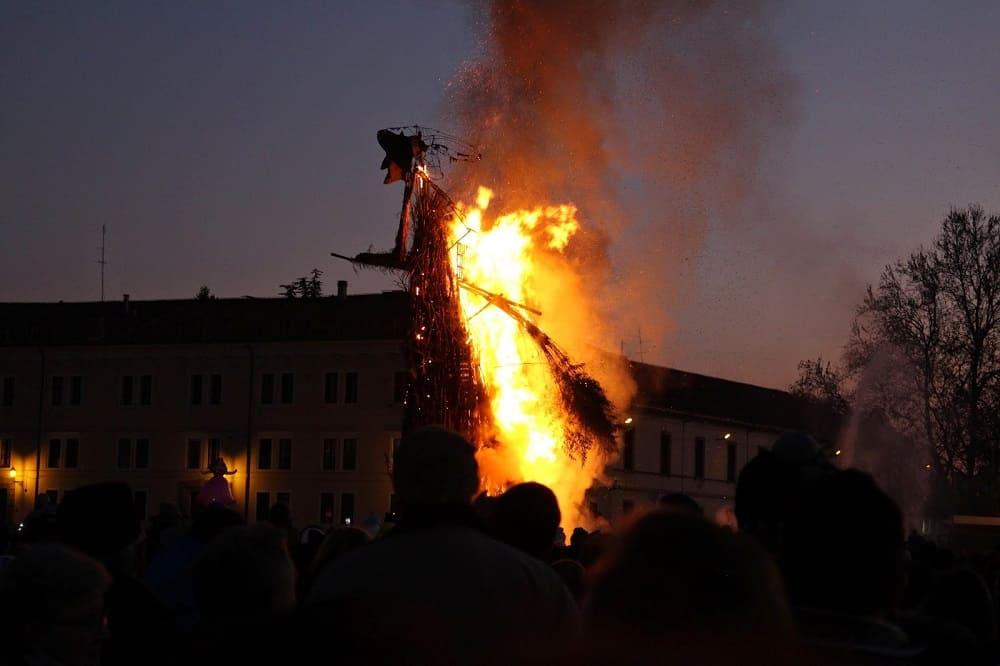 Сожжение чучела Бефаны / © Дарья Золотарёва / thezoloto.blogspot