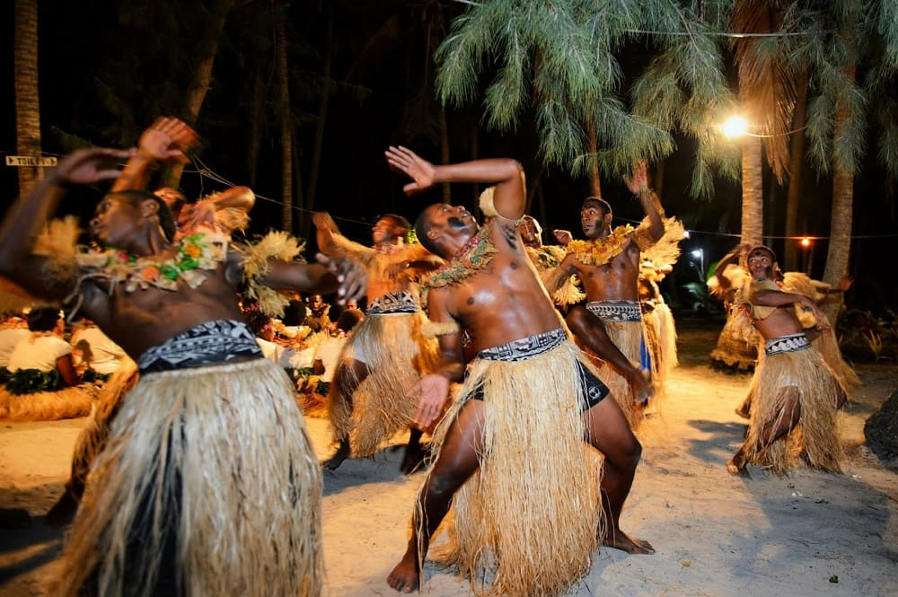 Традиционный танец меке на острове Фиджи / whur.com