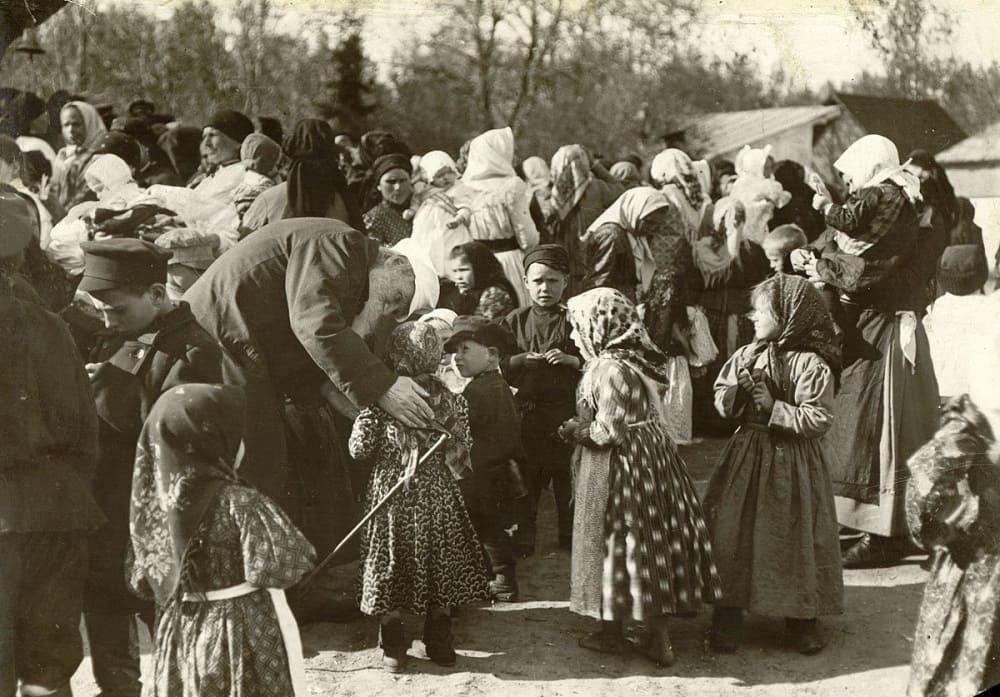 Граф Лев Николаевич с удовольствием общался с детьми яснополянских крестьян / © Томас Тапсель