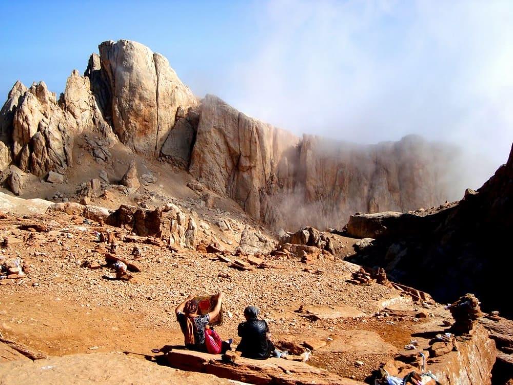 Эренлар -священная гора, которой поклоняются лезгины. Сюда часто совершают паломничества / static.tildacdn.com