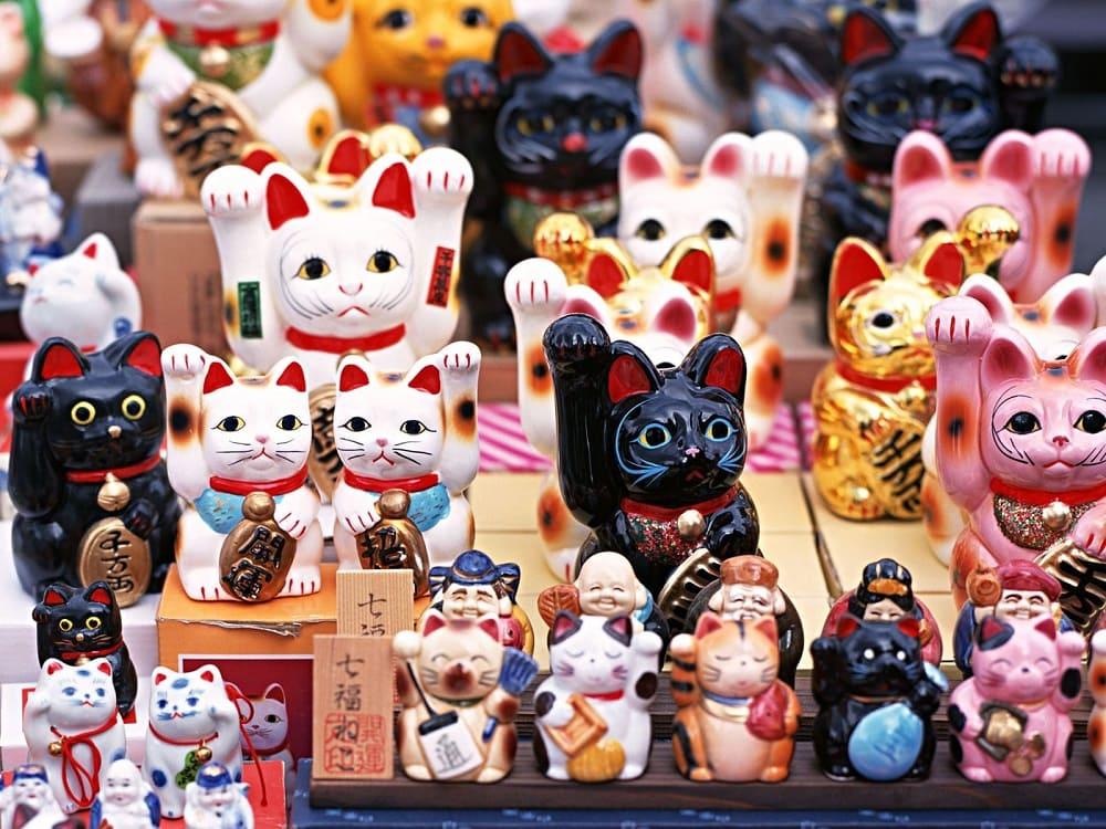 Кот с поднятой лапкой - это японский талисман удачи манэки-нэко / aminoapps.com