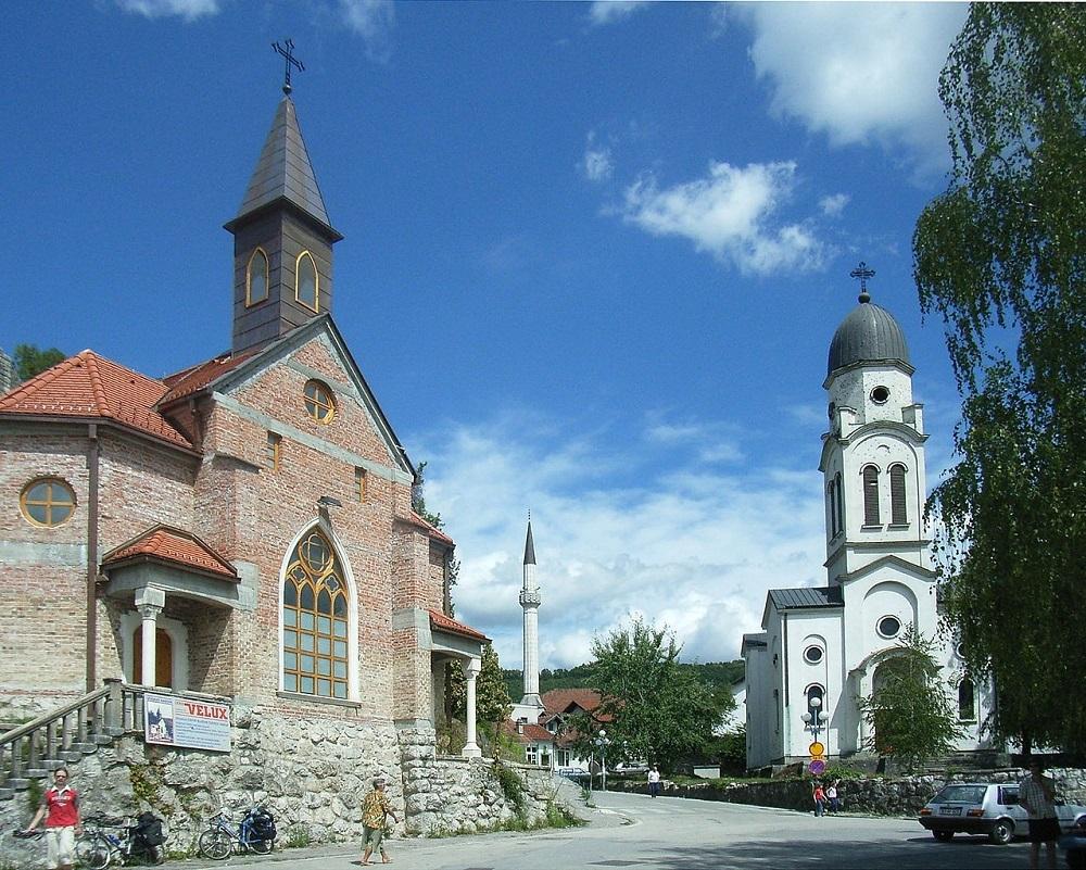 Мечеть, католический и православный храмы находятся рядом, Боснанска-Крупа, Босния / © Mazbln / ru.m.wikipedia.org
