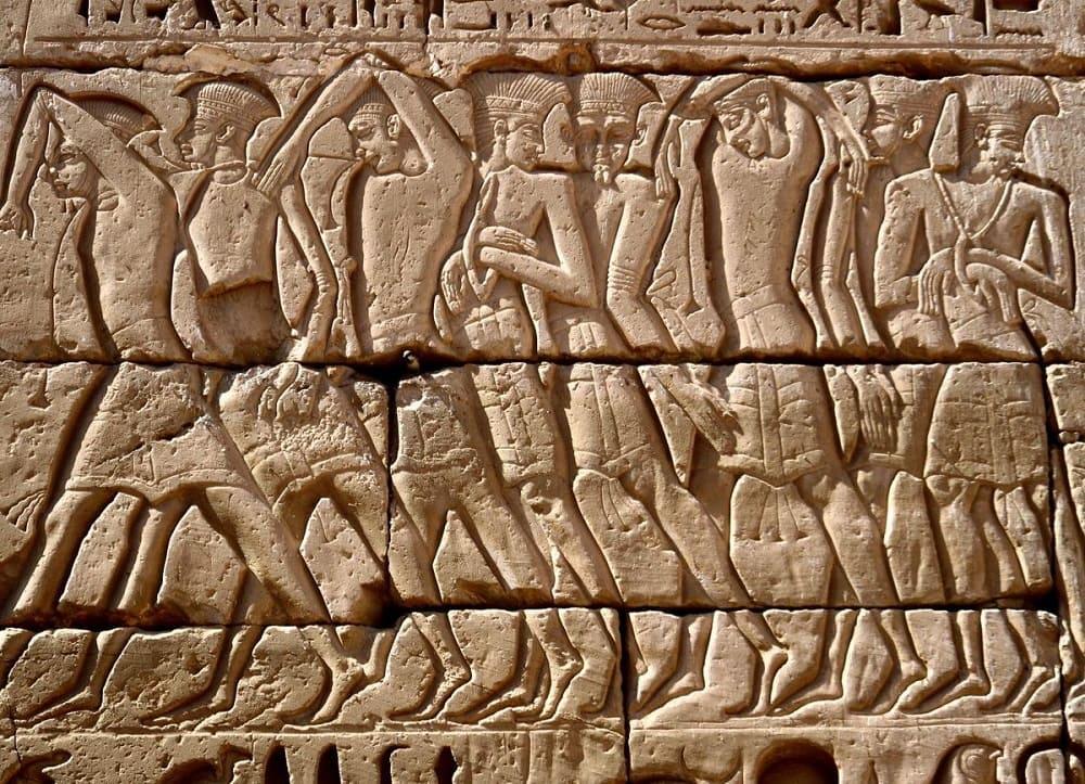 Пленные воины-филистимляне Рельеф из храма Рамзеса III, XII в. до н.э. Местонахождение: Мединет Абу, Египет