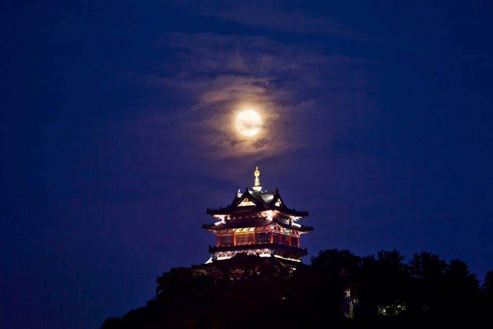 Считается хорошей приметой прогуляться лунной ночью, полюбоваться Луной / © Chen Gang / xinhuanet.com