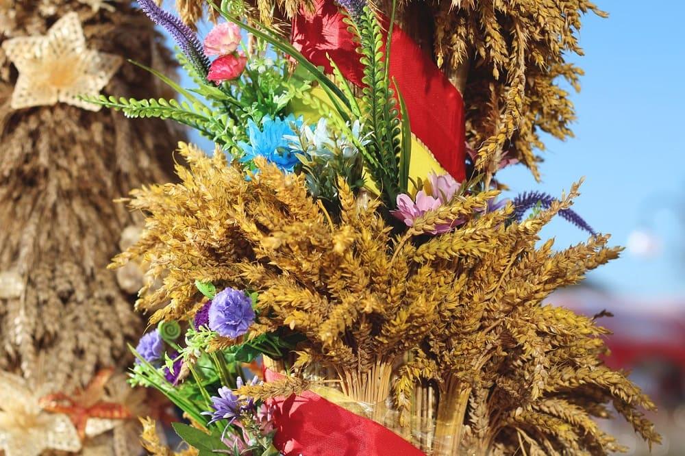 Сноп Велеса украшали лентами и цветами / © Анастасия Хрищанович / tv-lida.by