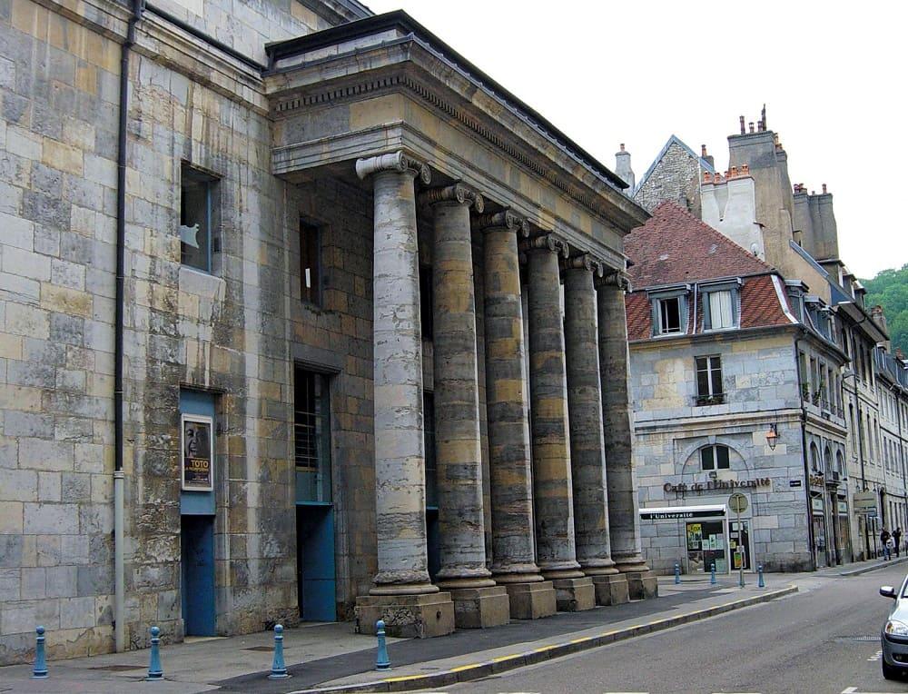 Театр в Безансоне, Франция, в котором впервые в партере установили стационарные кресла для зрителей / art-portal.tilda.ws