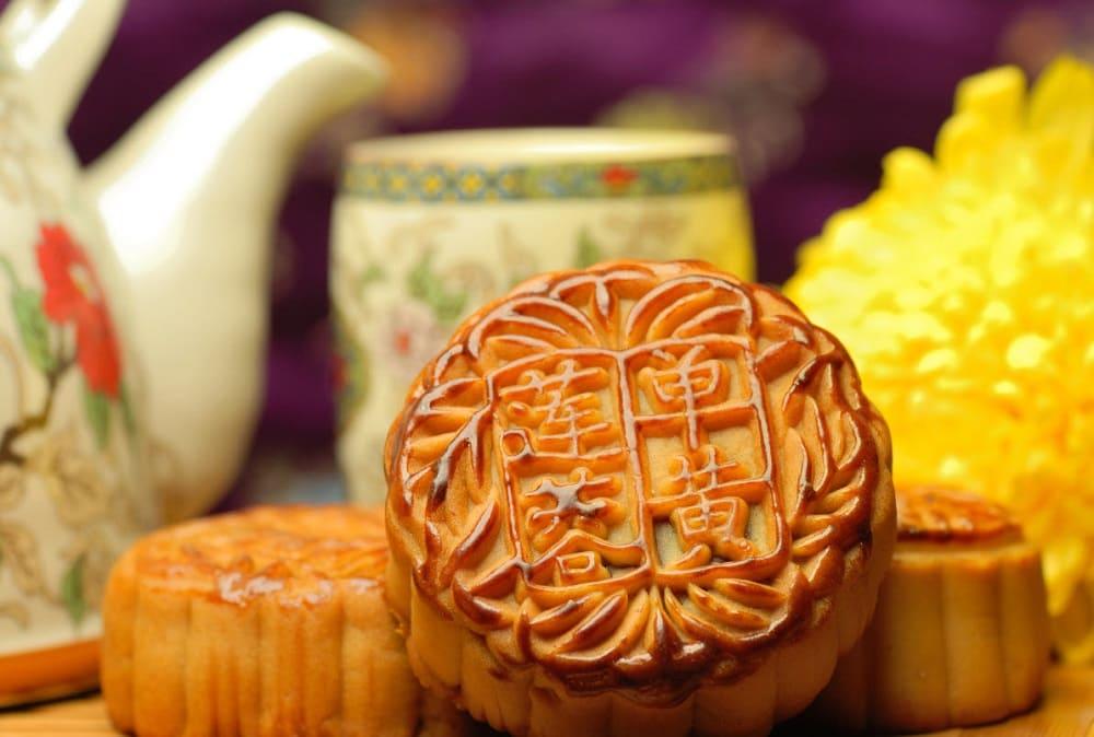 Традиционное праздничное лакомство - лунная лепёшка формой напоминает полную луну / kungfu-shaolin.ru