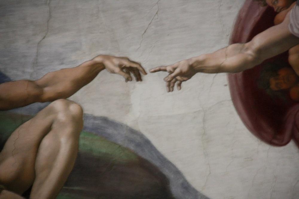 В положении пальцев, кисти руки чувствуется элемент неуверенности, слабости, но могучая рука творца словно вливает жизненную энергию в Адама, протягивающего к Господу свою руку