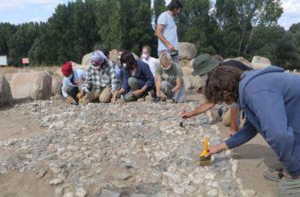 Археологи работают над мозаикой, найденной в кургане Ушаклы, Йозгат, центральная Турция, 14 сентября 2021 года. (Фото АА)