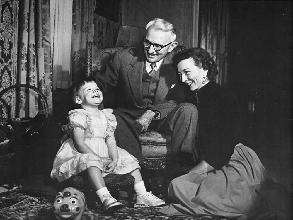 Дейл и Дороти Карнеги со своей дочерью Донной, 1953 год
