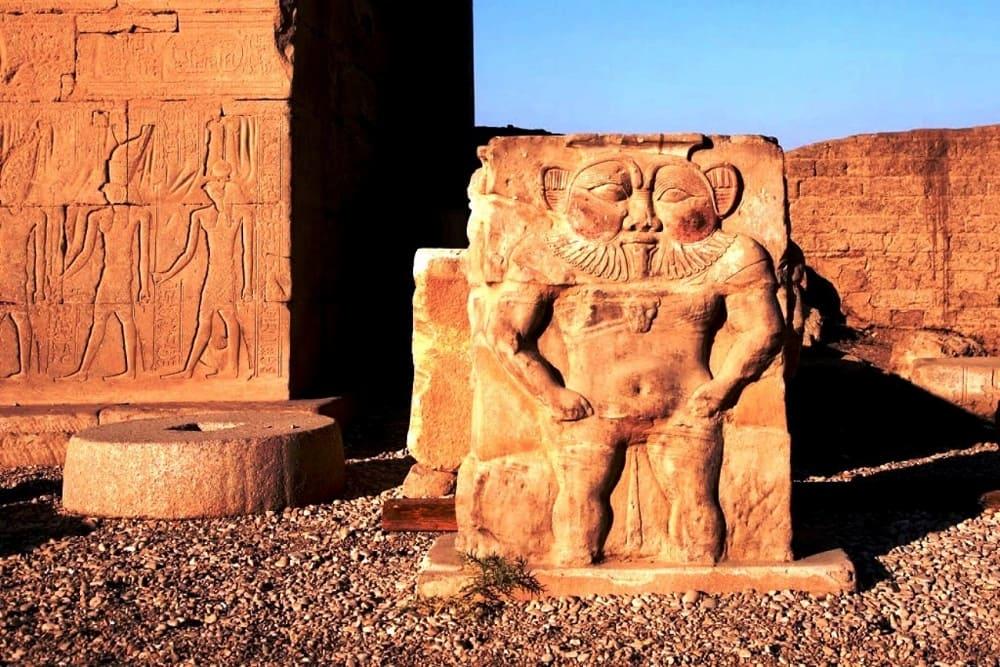 Египетское божество Бэс, храмовый комплекс в Дендере, ок.1500 года до н.э.,Египет / tourpedia.ru