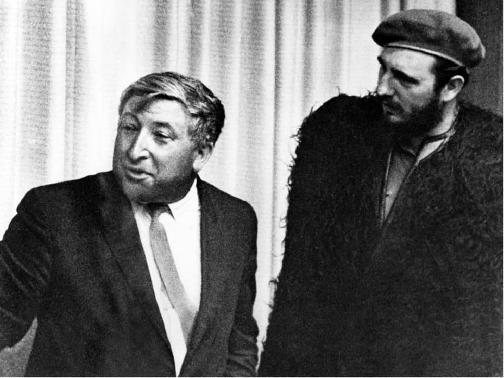 Гордость Дагестана, знаменитый советский поэт Расул Гамзатов при встрече с Фиделем Кастро подарил ему бурку, 1966 год