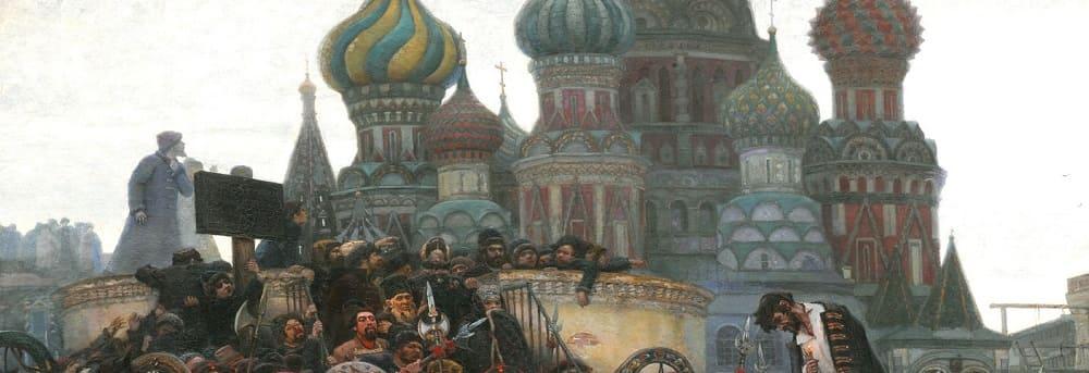 Храм Василия Блаженного кажется неярким, не особо выделяясь на фоне серого неба