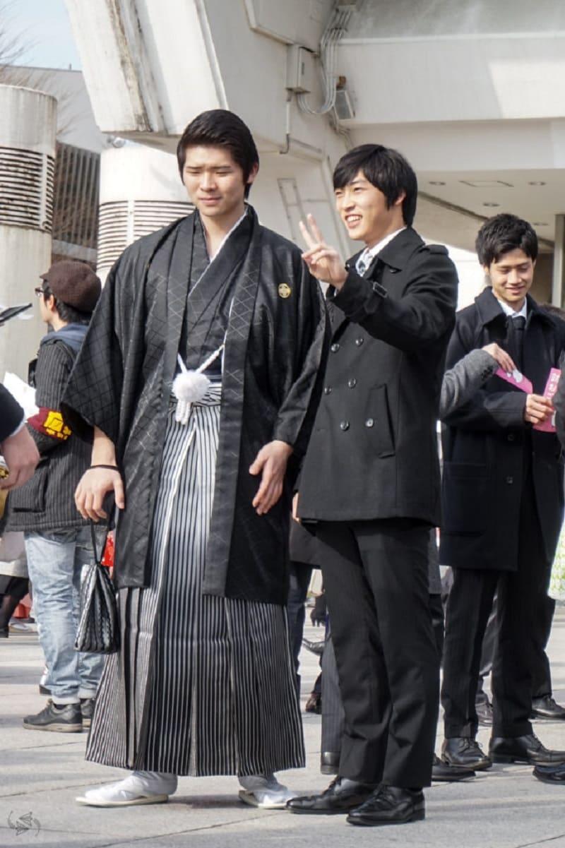 Молодой человек носит традиционные японские брюки хакама / © Jessica Korteman / notesofnomads.com