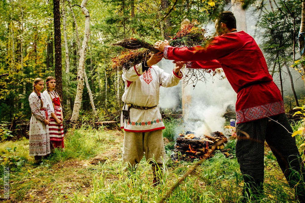 Одна из традиций праздника - символическая птица из соломы и трав. Вестник к предкам, послание уходящим светлым богам / © alexsvatov / alexsvatov.livejournal.com