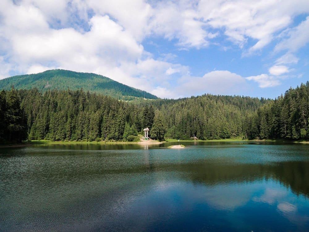 Озеро Синевир, созданное из слёз,олицетворяет вечную любовь / © Jurgg / drive2.ru