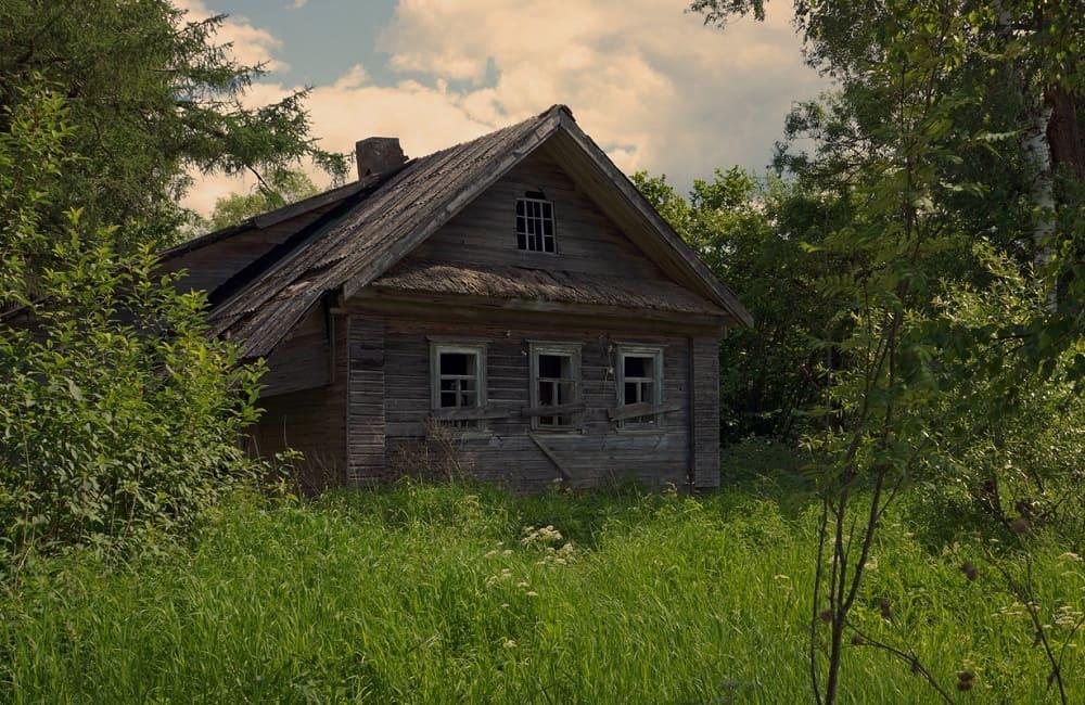 Почти в каждом селении был заброшенный дом, в котором нельзя жить из-за дымящей печи / © Анатолий Максимов / fotokto.ru