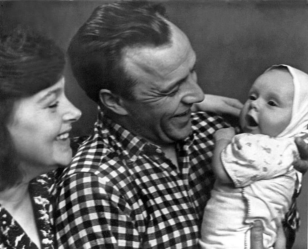 Родилась маленькая Лена - и счастью молодого отца не было предела