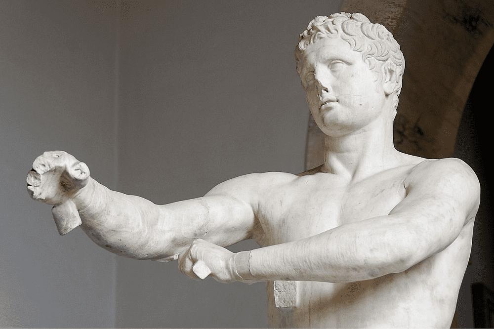 Рука атлета протянута вперёд, из-за чего создаётся ощущение лёгкости и динамики