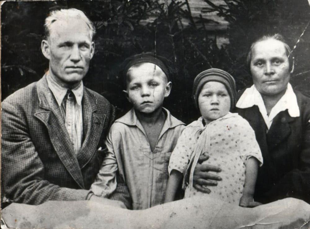 Семья Ульяновых, Миша рядом с отцом, начало 1930-х годов