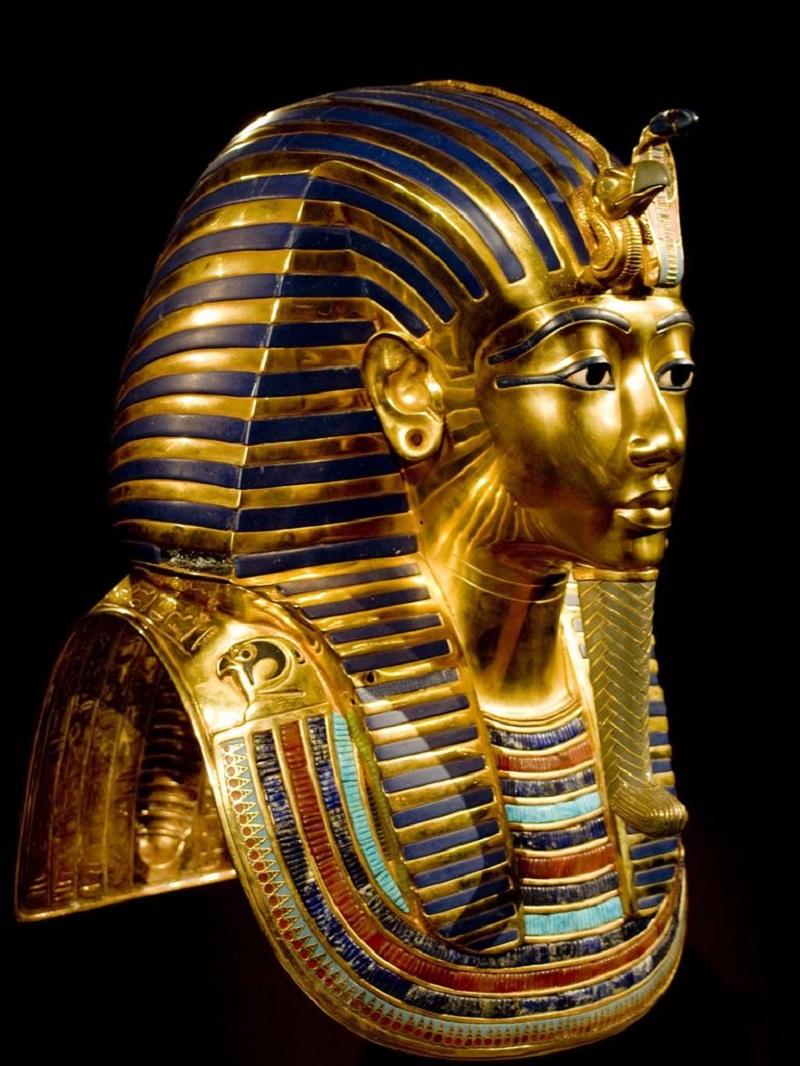 Урей напоминал кобру, а главной его функцией была защита правителя от врагов и злых духов. Погребальная маска Тутанхамона Местонахождение: Египетский музей, Каир, Египет