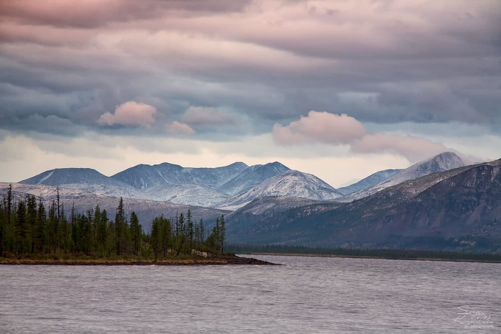 В этих спокойных водах Лабынкыра обитает нечто загадочное / © Сергей Карпухин / photogeographic.ru