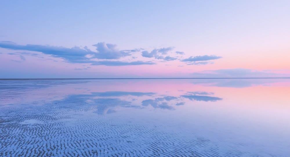 Вода в озере Эльтон имеет удивительный золотисто-розовый оттенок / © Наталья Ерофеева / nat-geo.ru