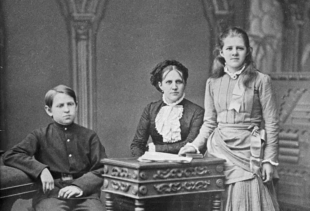 Вторая жена Фёдора Михайловича Достоевского Анна Григорьевна, с дочерью Любовью и сыном Федором, 1883 год / © И. Грюннер