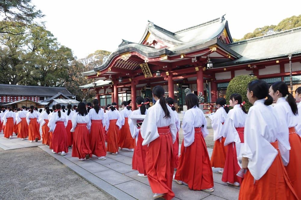 Юные служительницы синтоистских храмов мико в обязательных красных хакама / news.cgtn