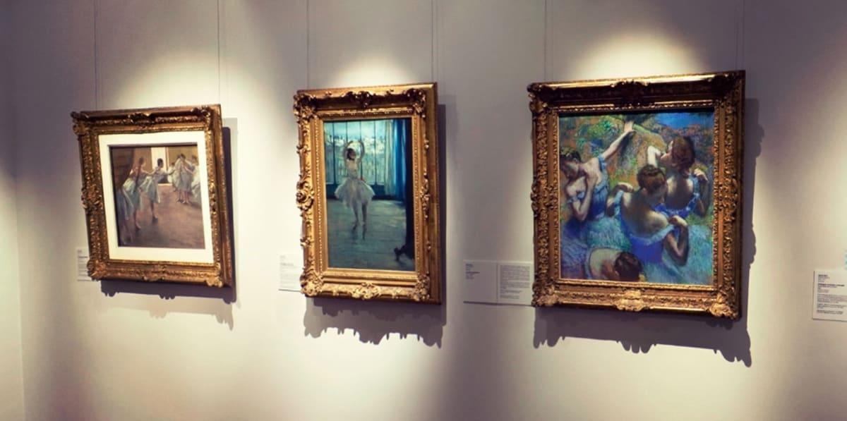 «Голубые танцовщицы» притягивают взгляд в первую очередь, даже находясь рядом с картинами Дега «Танцовщица у фотографа» и «Танцовщицы на репетиции»