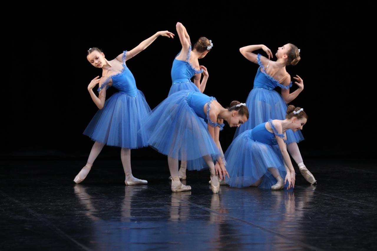 Композиция «Голубые танцовщицы» в исполнении хореографического коллектива «Кабриоль» / balakirev.arts.mos.ru
