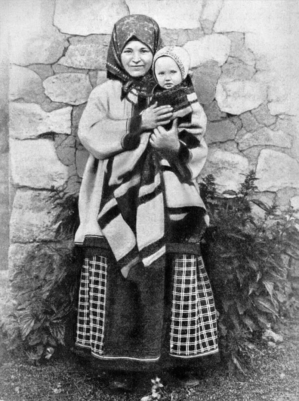Молодая мама из Тамбовской губернии в понёве