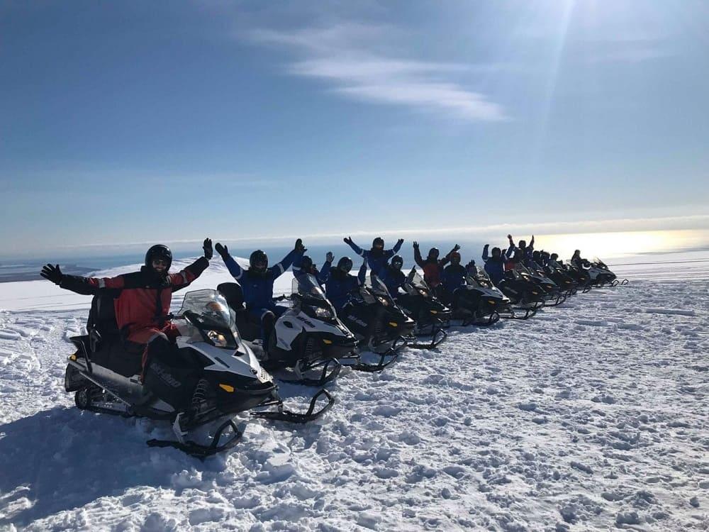 Одно из зрелищных событий Дня пива - гонки на снегоходах / glacieradventure.is