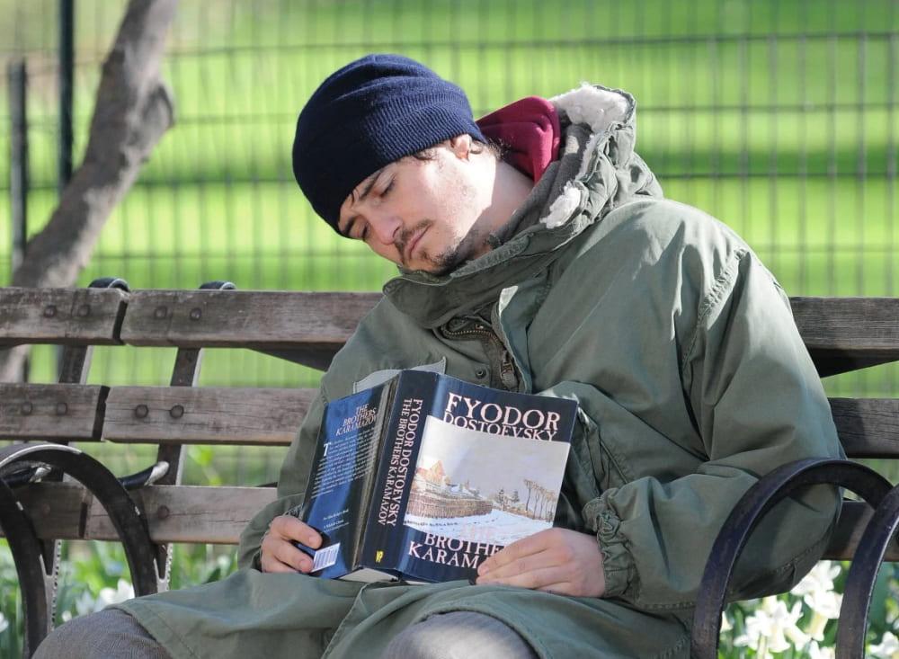 Орландо Блум читает Достоевского