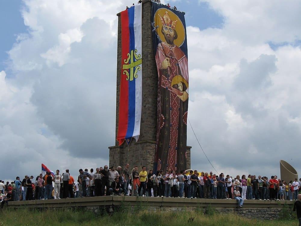 Праздник Видовдан многие сербы отмечают на Косовом поле, у памятника Газиместан / regnum.ru