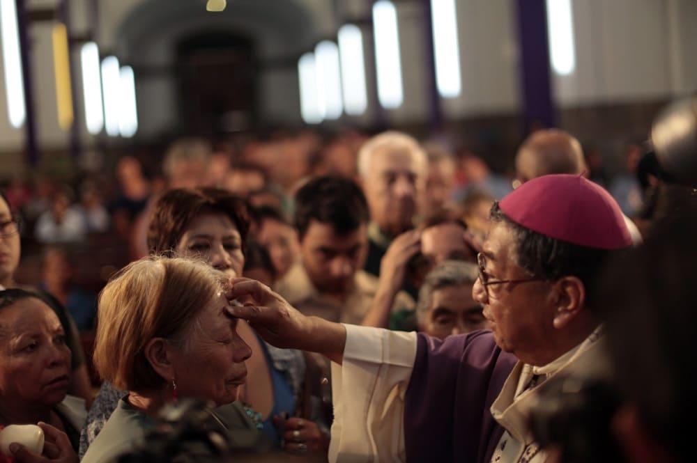 Согласно традиции в пепельную среду наносят на лоб крест с помощью пепла / © Reuters / latintimes.com
