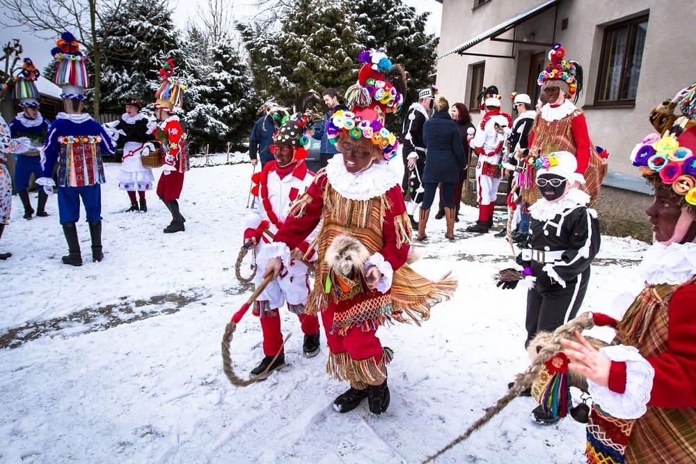 В праздник Фашанка ряженые ходят по улицам и навещают жителей / © Vasyl Tsitsey / vinegret.cz